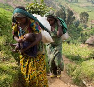 Dones transporten minerals est RD Congo
